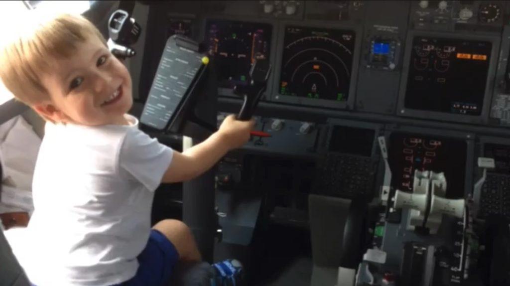 niño pilotando avión